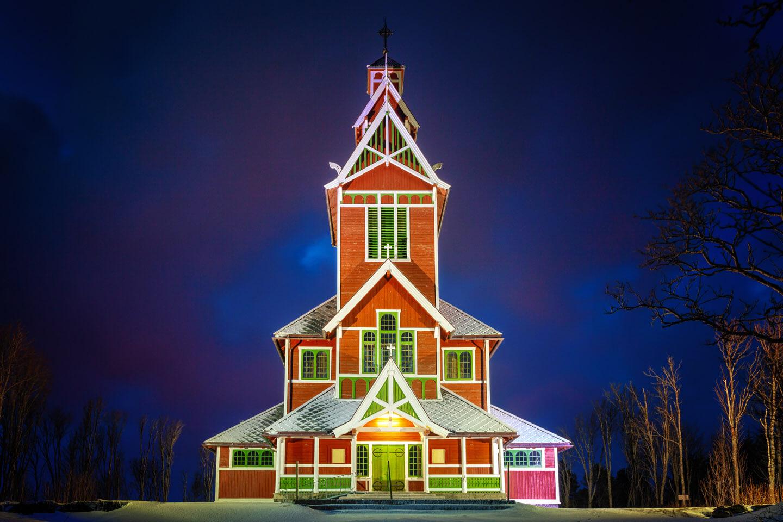 Die Kirche in Gravdal während der blauen Stunde
