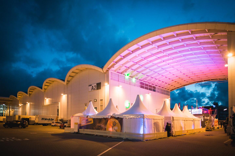 Eventfotografie: Der Grill & Barbecue Court während der Blauen Stunde
