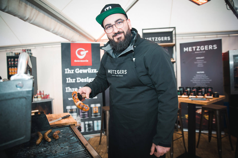 Metzgers Cheffe beim Grillen