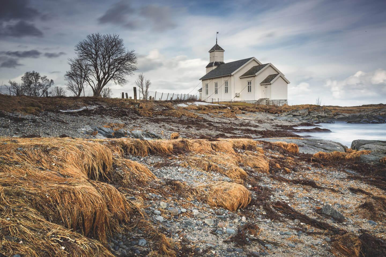 Die Holzkirche auf Gimsøy ist mit Stahlseilen gegen Sturm gesichert