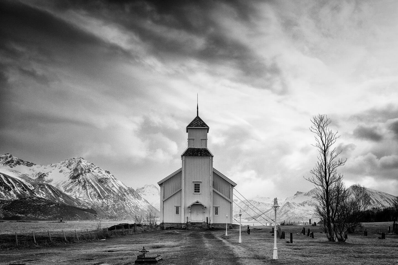 Kirche auf Gimsøy in Schwarzweiß