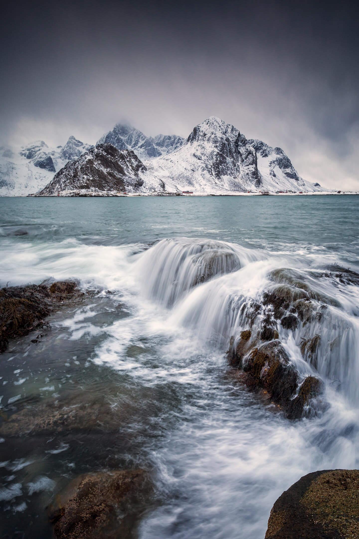 Langzeitbelichtung mit schneebedeckten Bergen im Hintergrund