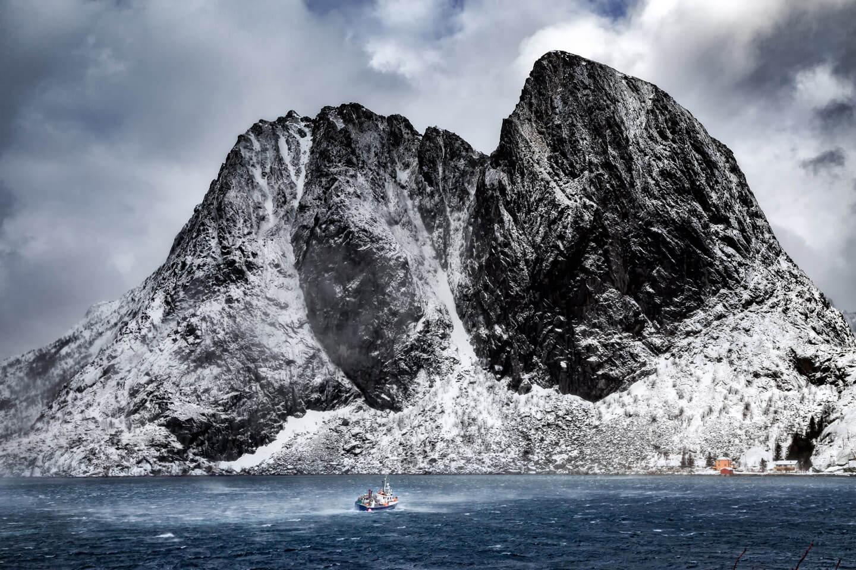 Der Lilandstinden von Hamnoy mit Fischerboot im Sturm