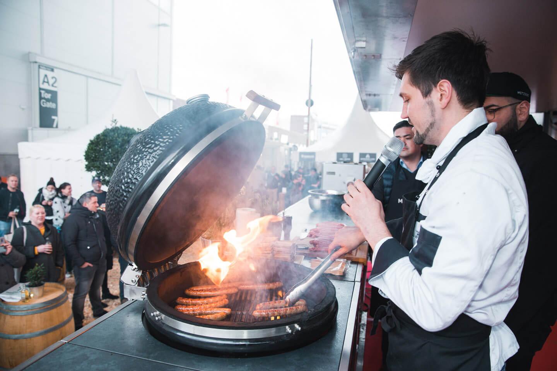 In der Eventfotografie musst du ganz nah rangehen: Grillen auf der Bühne des Showcontainers