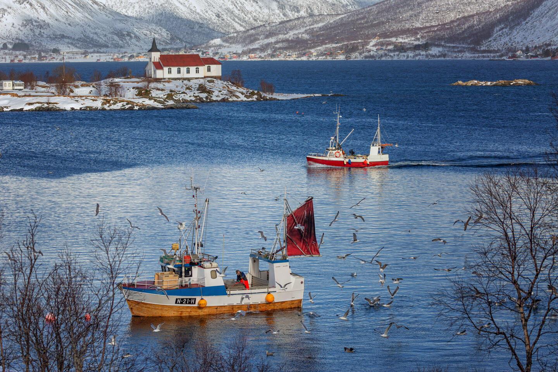 Lofoten fotografieren: Fischerboot und die Kirche in Vestpollen