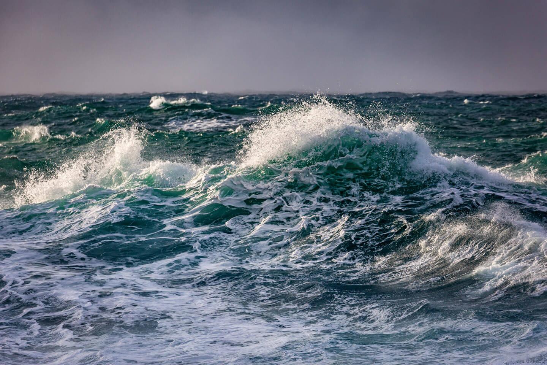 Tosende Wellen bei unstad auf den Lofoten.