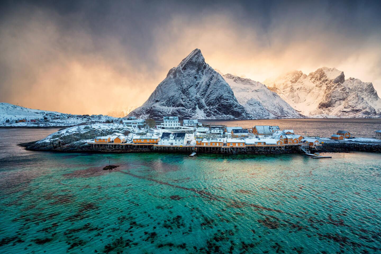 Die kleine Insel Sakrisoy auf den Lofoten mit den gelben Fischerhütten