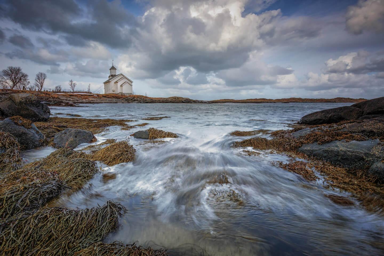 Die Strandkirche bei Gimsøy ist ein beliebtes Fotomotiv auf den Lofoten