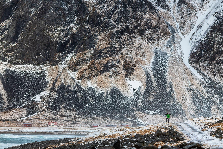 Lofoten fotografieren im Winter. Hier der Fotograf Florian Läufer bei Unstad