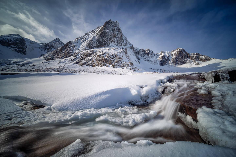 Gefrorener Wasserfall auf den Lofoten