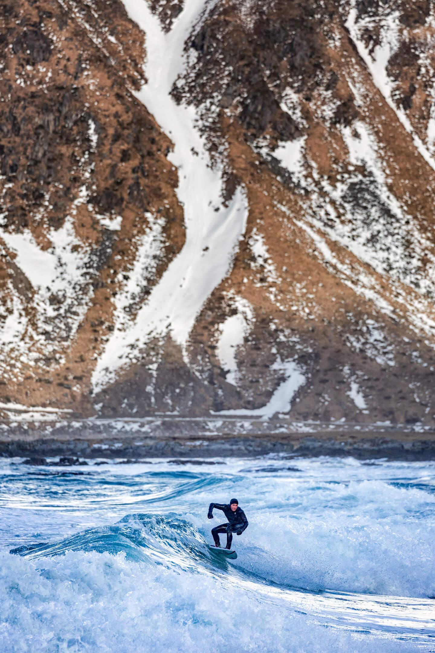 Wellenreiter bei Minusgraden am Skagsanden Beach