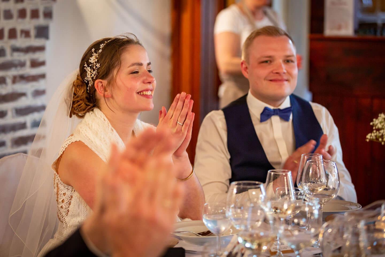 Brautpaar klatscht