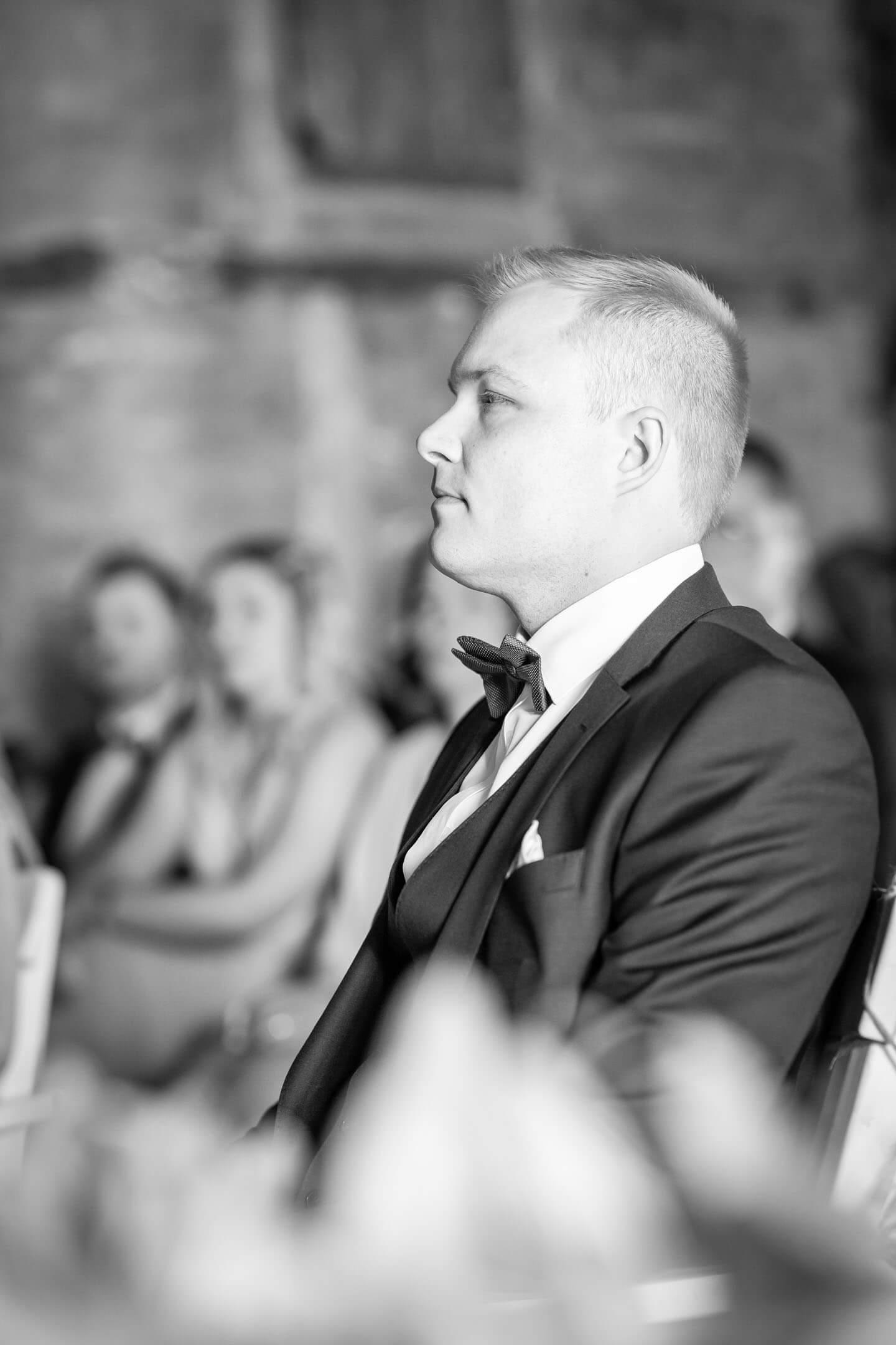 Bräutigam bei Trauung in der Scheune