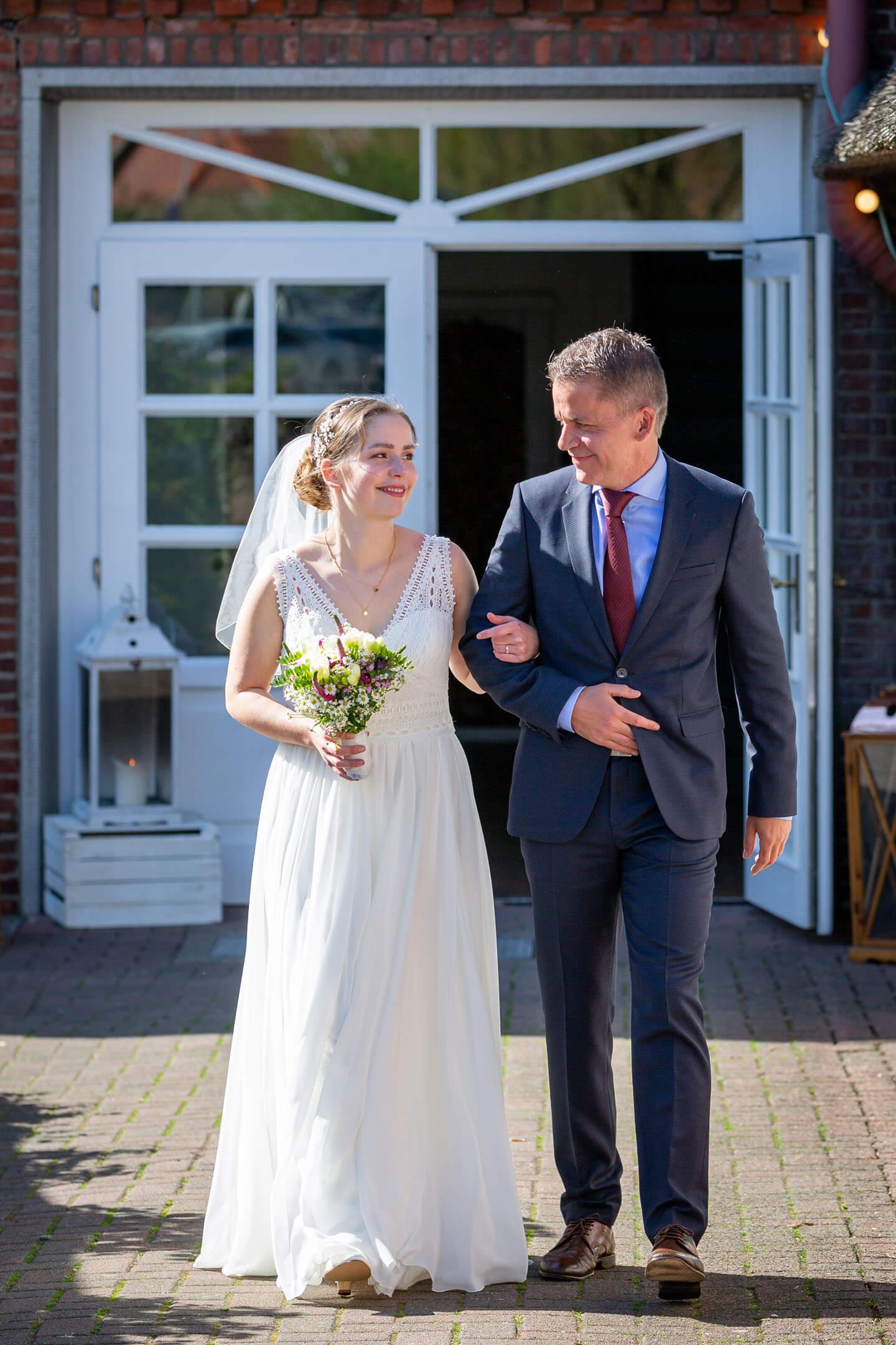 Brautvater begleitet Braut zur Trauung
