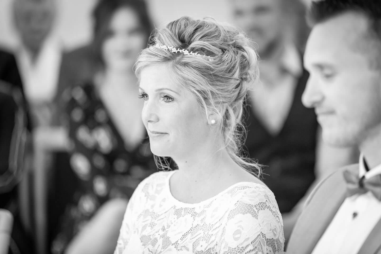 Braut bei der Trauung im Standesamt Bad Bramstedt Land
