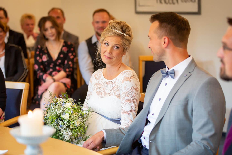 Brautpaar schaut sich bei der Trauung in die Augen
