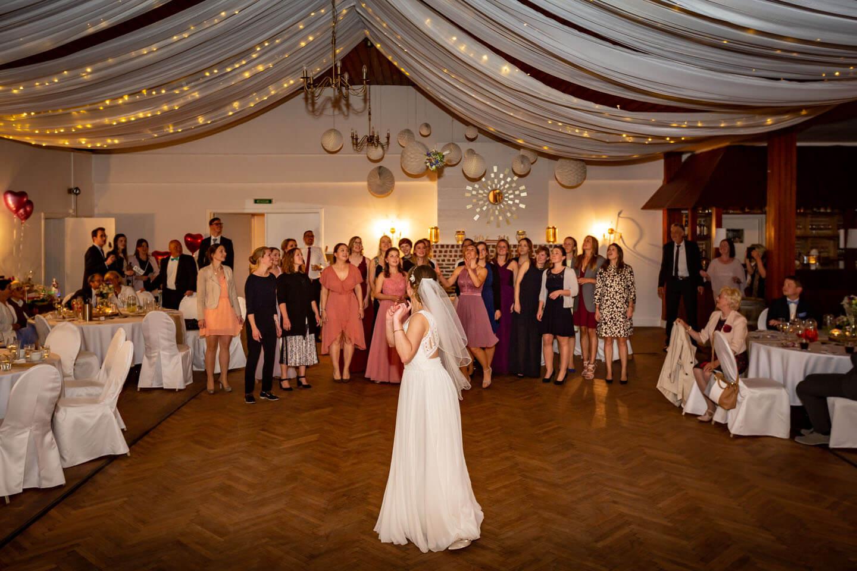 Brautstrauß werfen im großen Saal