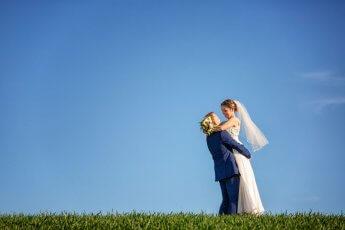 Hochzeitspaar auf einem Feld