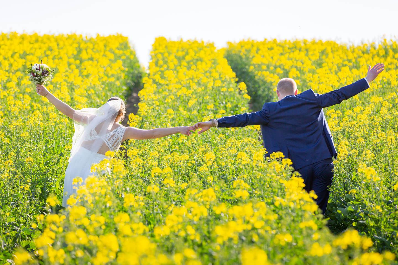 Hochzeitsfotos im Rapsfeld