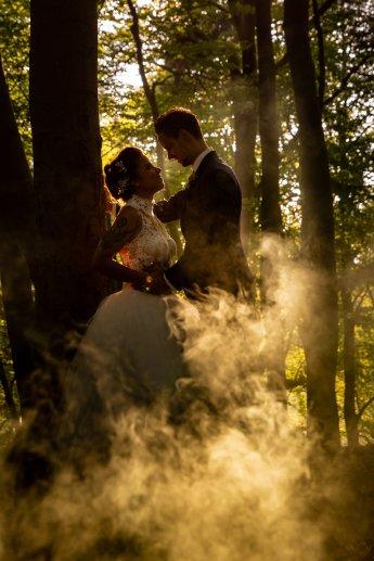 Hochzetsfotos im Wald mit Rauchbombe