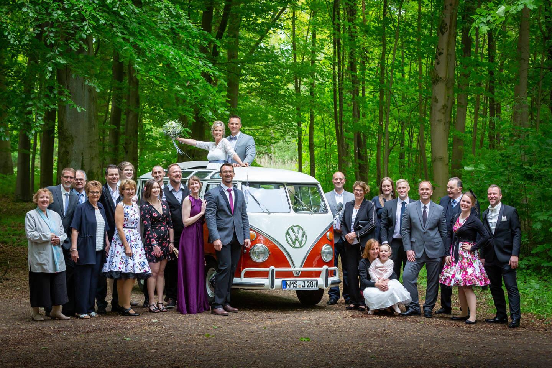 Hochzeitsgesellschaft mit VW-Bus T1