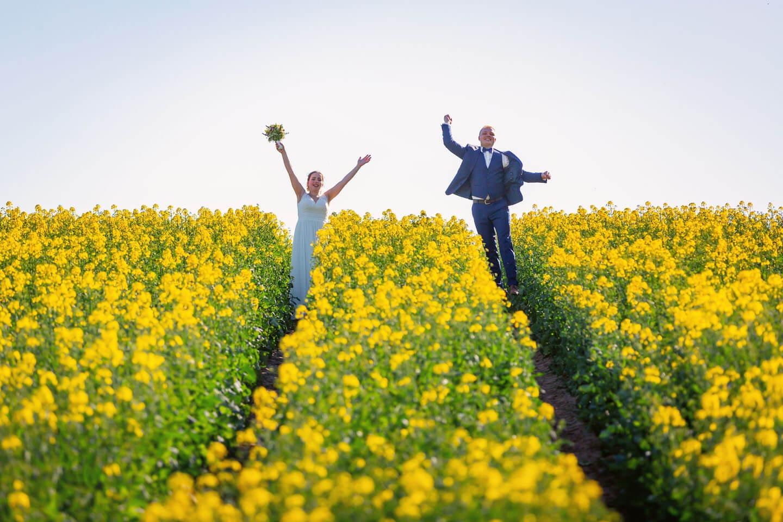 Brautpaar im Rapsfeld