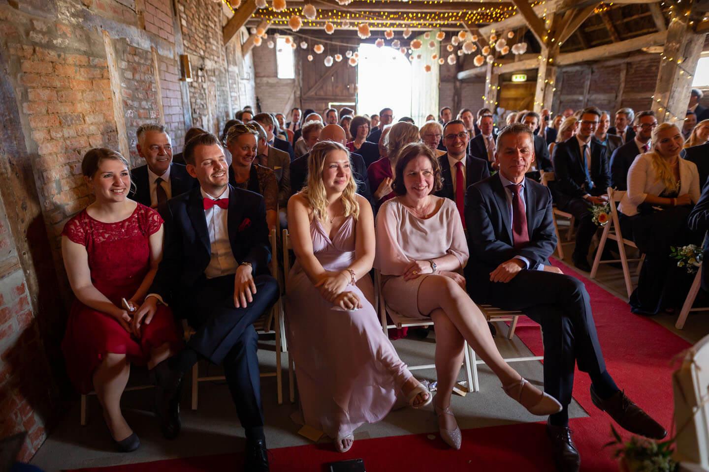 Hochzeitsgesellschaft in der Scheune