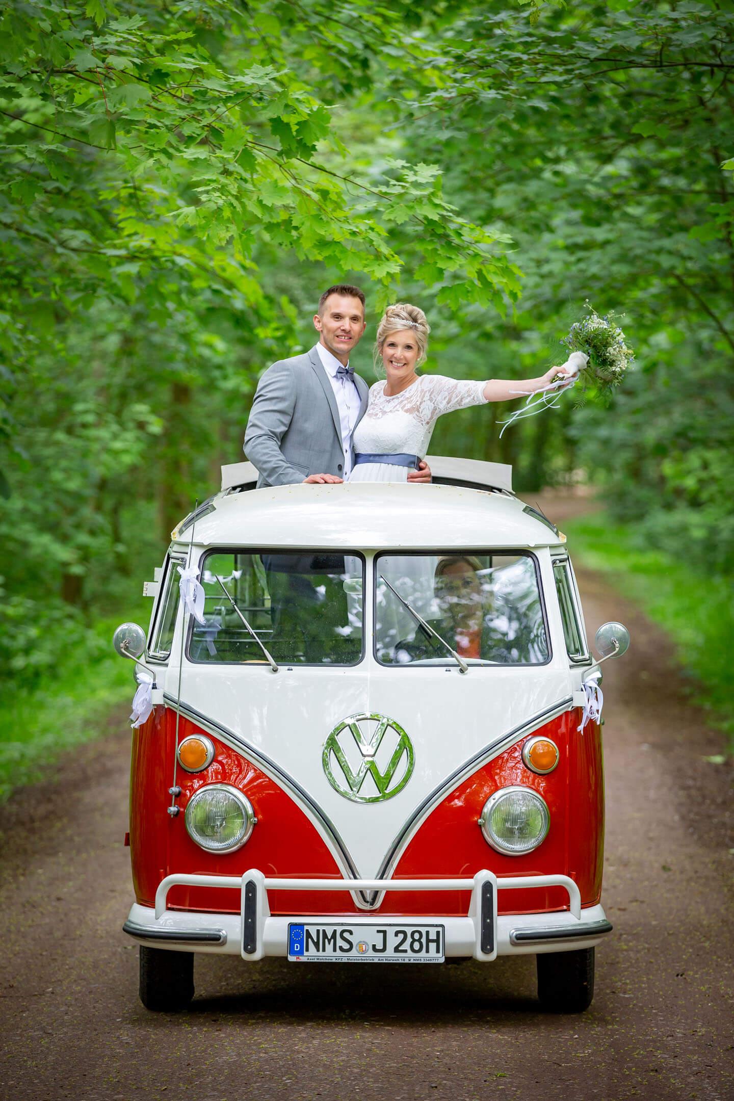 Hochzeitsfoto mit VW-Bus T1