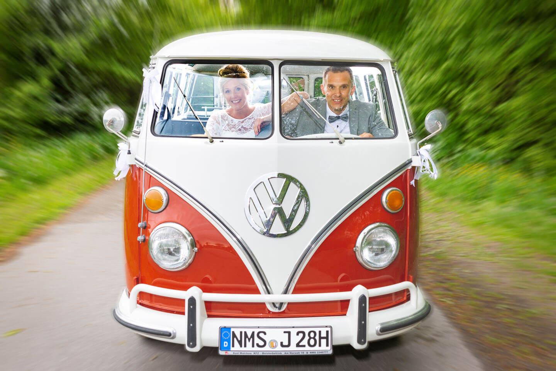 Hochzeitspaar beim Brautpaarshooting im VW Bus
