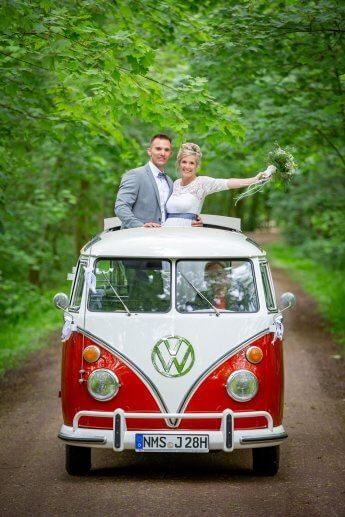 Hochzeitspaar im VW-Bus T1