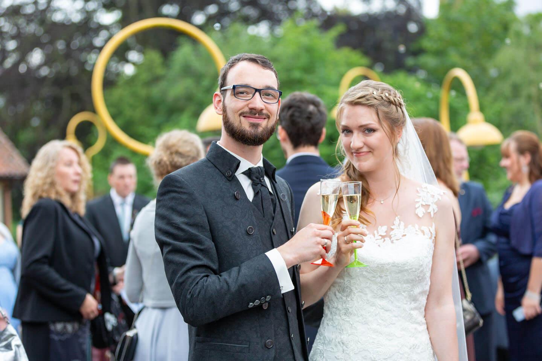 Hochzeitspaar stößt mit Sekt an
