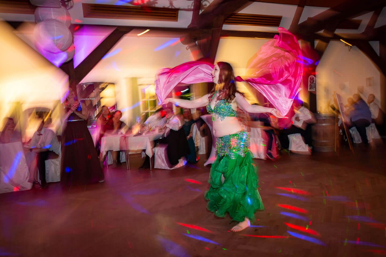 Bbauchtänzerin auf der Tanzfläche einer Hochzeitsfeier