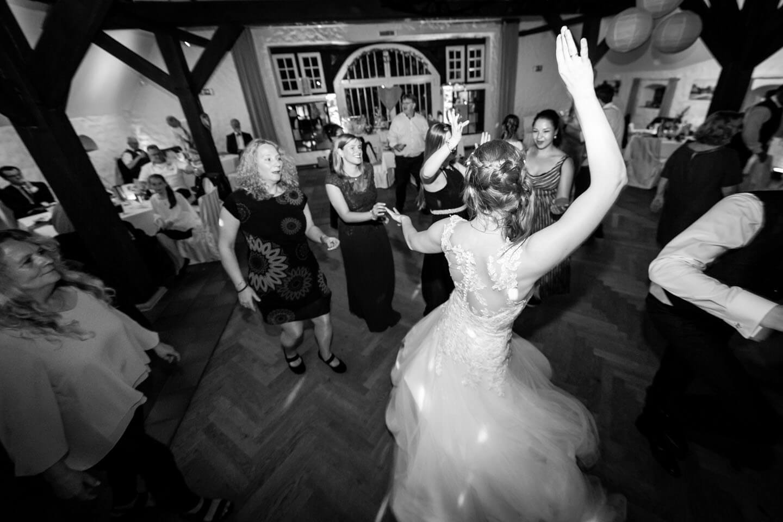 Braut auf der Tanzfläche im Bürgerhaus Kaltenkirchen