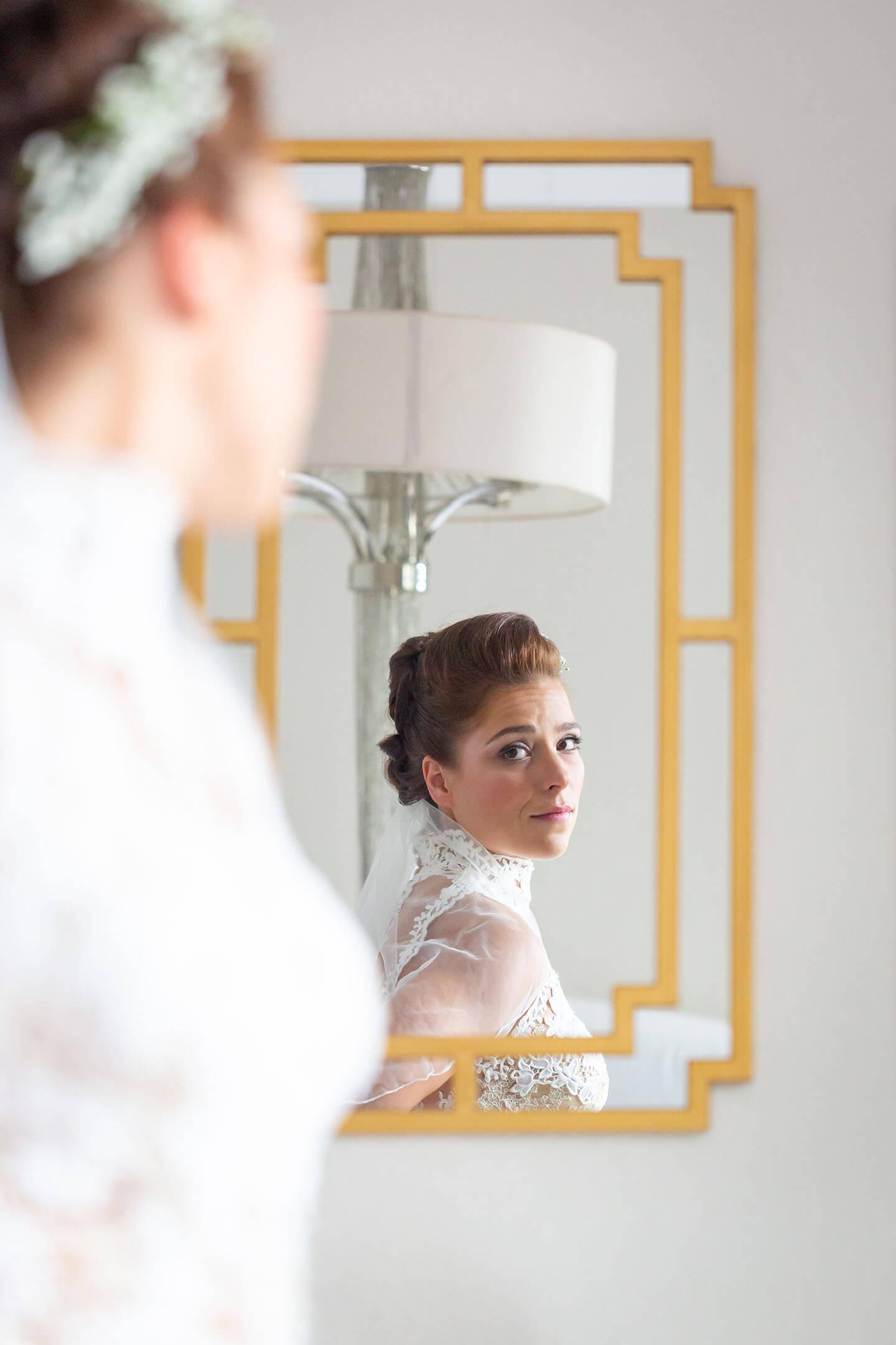 Braut blickt in den Spiegel. Foto: Florian Läufer