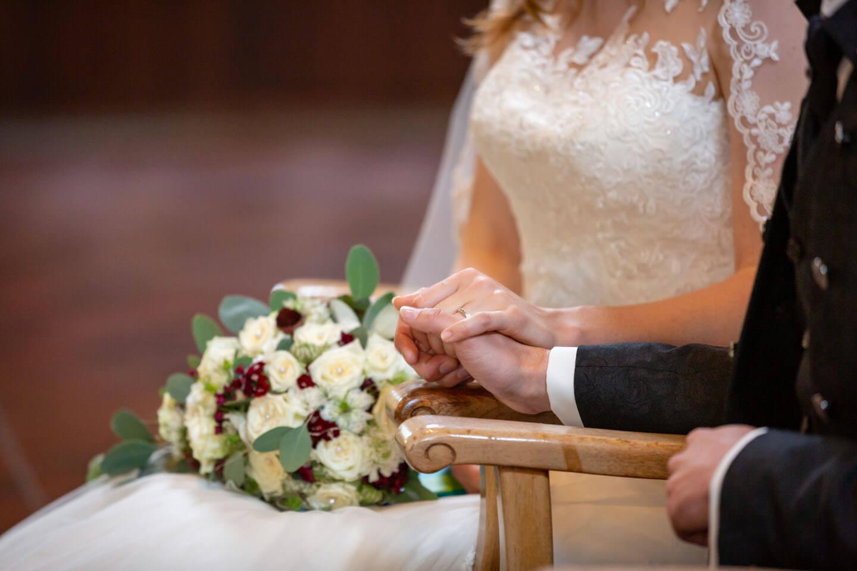 Hände des Brautpaares während der kirchlichen Trauung in Kaltenkirchen