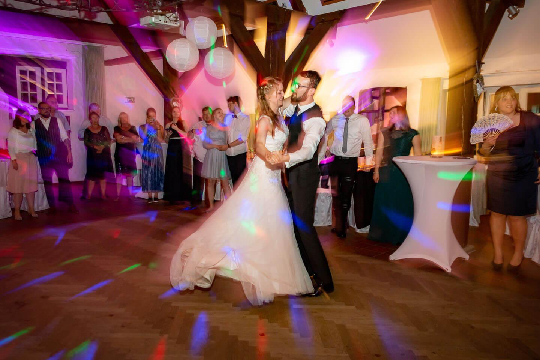Dynamisches Foto des Eröffnungstanzes einer Hochzeitsparty