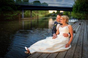 Brautpaar am Steg der Hochzeitslocation Vierländer Landhaus. Fotograf: Florian Läufer