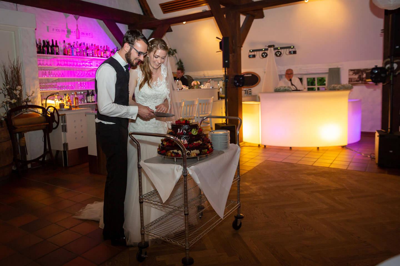 Anschnitt der Hochzeitstorte vom Brautpaar