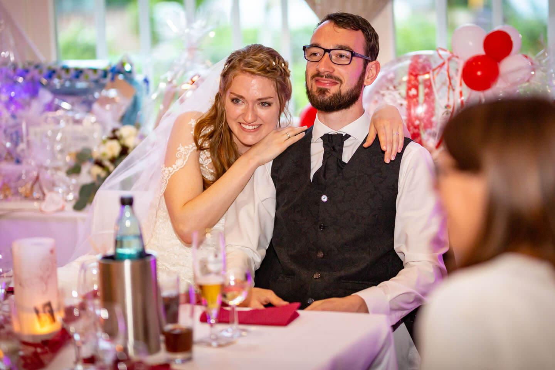 Hochzeitspaar während ihrer Hochzeitsfeier