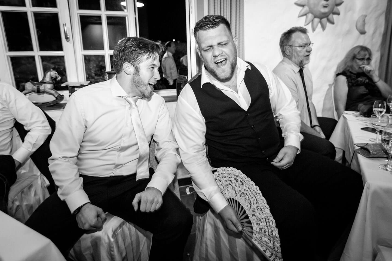 Hochzeitsgäste singen