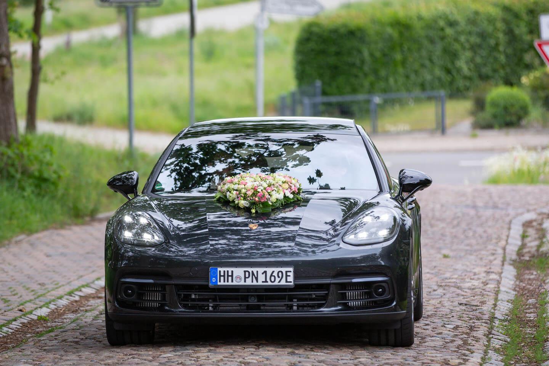 Hochzeitsauto Porsche mit Schmuck auf der Kühlerhaube