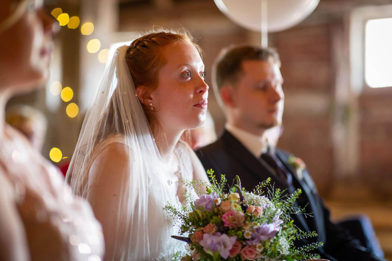 Braut während einer Scheunenhochzeit