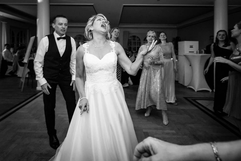 Braut tanzt und singt