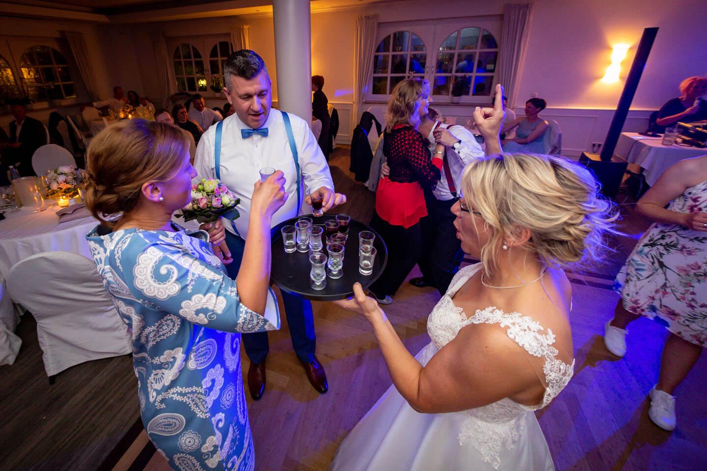 Cheers! Nach dem Fangen vom Brautstrauss