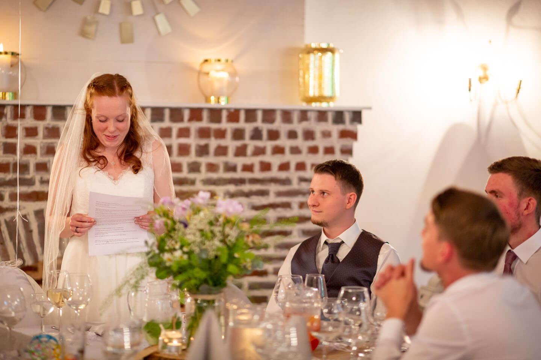 Braut hält eine Rede im Saal