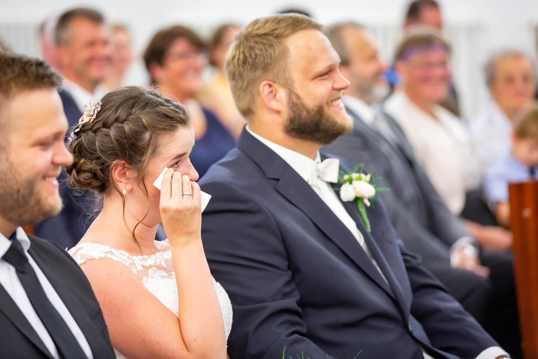 Braut wischt sich eine Träne aus dem Auge