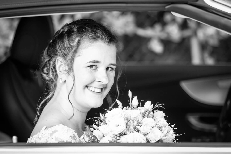 Braut im Brautauto