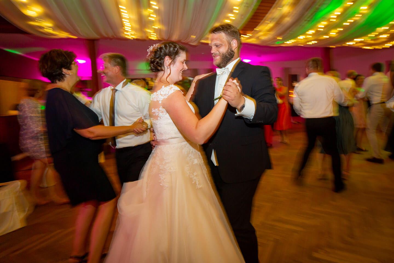 Brautpaar auf dem dancefloor nach Eröffnungstanz
