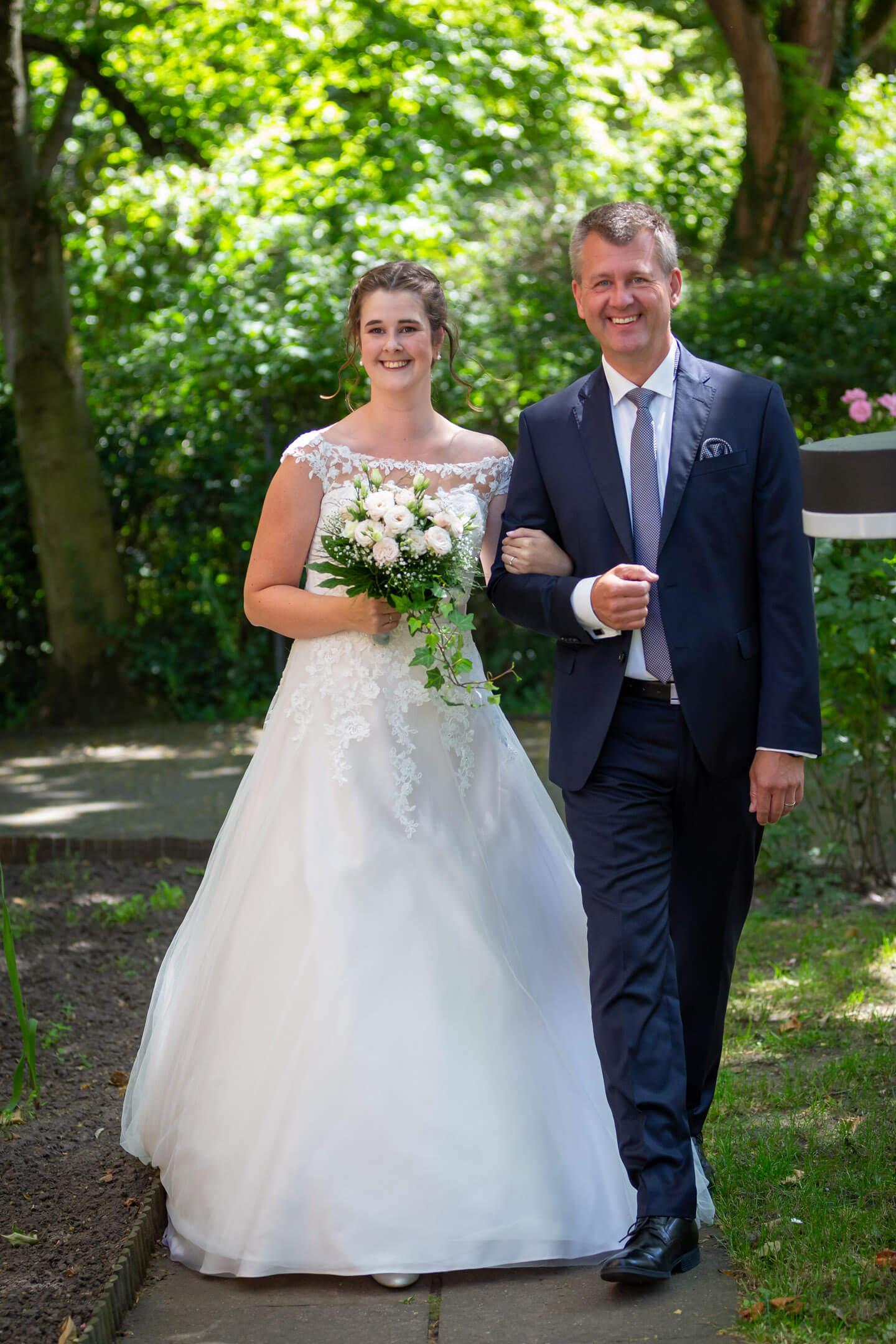 Der Brautvater führt seine Tochter zum Altar