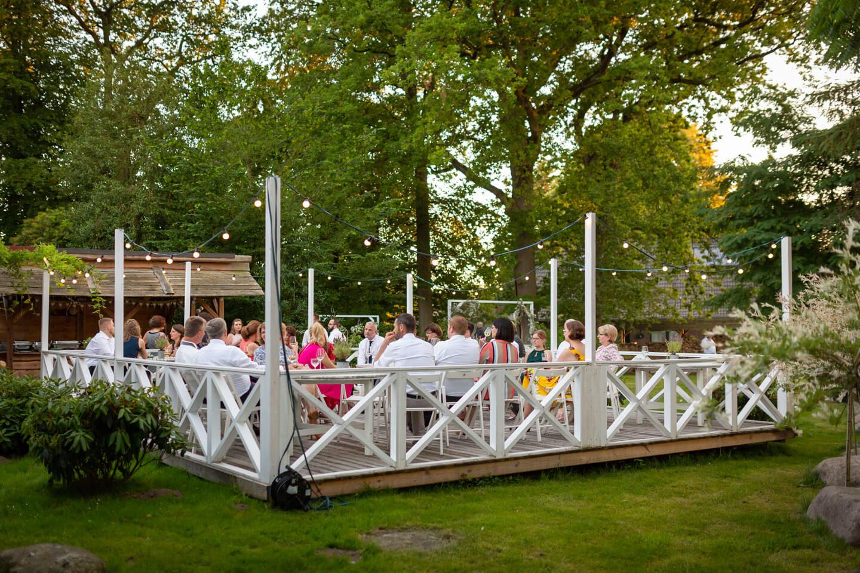 Hochzeitsgesellschaft im Garten